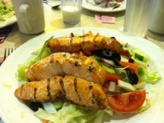Healthy Eating Out: Salmon and mixed greens